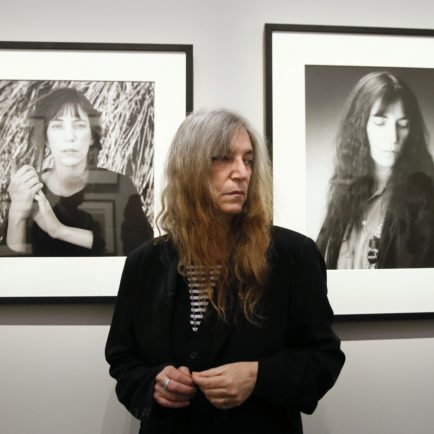 Art Industry News: Patti Smith Distances Herself From New Mapplethorpe Biopic + More Must-Read Stories